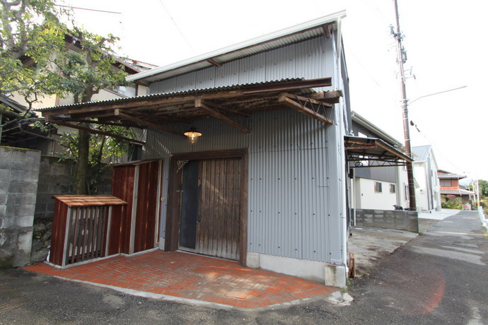 京都市左京上高野木ノ下町 川沿いの倉庫ハウス(外から中が見えますけど)
